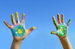 Manos pintadas del niño Foto de archivo