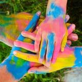 Manos pintadas en diversos colores Fotos de archivo