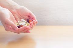 Manos por completo de píldoras Fotografía de archivo libre de regalías