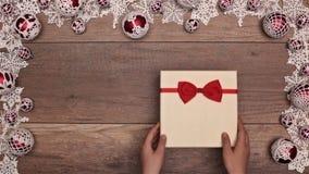 Manos que abren los bastones de caramelo del regalo de Navidad que revelan almacen de video