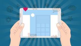 Manos que agujerean la tableta con la pantalla en blanco Usando la PC digital de la tableta similar al ipad, concepto de diseño p Fotografía de archivo