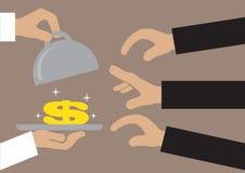 Manos que alcanzan para el dinero servido en una bandeja Imagen de archivo