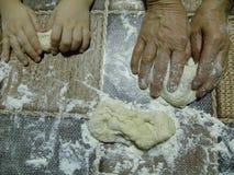 Manos que amasan la pasta de pan imágenes de archivo libres de regalías