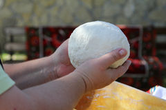 Manos que amasan la pasta de pan Foto de archivo libre de regalías