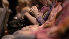 Manos que aplauden de la gente que asiste a un evento almacen de video