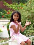 Manos que aplauden de la muchacha feliz Fotografía de archivo libre de regalías
