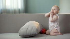 Manos que aplauden del bebé activo y el jugar en el sofá en casa, niñez feliz almacen de video