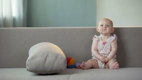 Manos que aplauden del bebé activo y risa, niño feliz que se divierte, niñez almacen de video