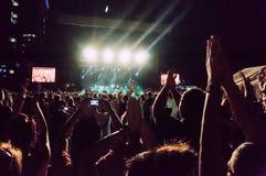 Manos que aplauden en el concierto fotografía de archivo