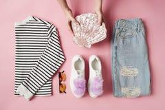 Manos que arreglan la ropa parisiense femenina puesta plano del estilo Imagenes de archivo