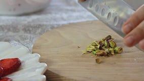 Manos que cortan el pistacho con el cuchillo de cocina metrajes