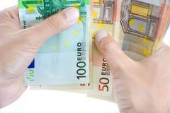 Manos que cuentan el dinero, cuentas euro de la moneda (EUR) Fotos de archivo