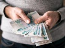 Manos que cuentan rublos Fotografía de archivo libre de regalías