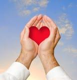 Manos que dan el corazón Fotos de archivo libres de regalías