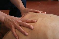 Manos que dan masajes detrás Fotos de archivo libres de regalías