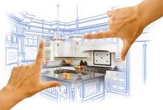 Manos que enmarcan el dibujo de estudio de la cocina y la foto de encargo Combinatio imagen de archivo