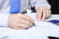 manos que escriben los números Imágenes de archivo libres de regalías