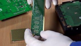 Manos que examinan el módulo de la memoria ram del ordenador Diagnósticos del ordenador metrajes