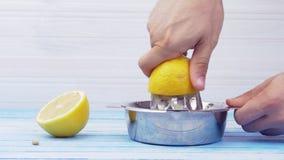 Manos que exprimen los bio limones orgánicos frescos almacen de video