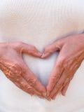 Manos que forman el corazón Foto de archivo libre de regalías