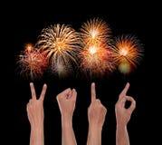 Manos que forman el número 2016, como el Año Nuevo, con el fuego artificial Foto de archivo libre de regalías