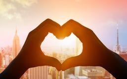 Manos que forman un corazón Foto de archivo libre de regalías
