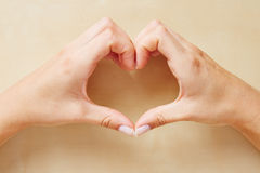 Manos que forman una forma del corazón Imágenes de archivo libres de regalías