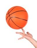 Manos que hacen el equilibrio con un baloncesto Foto de archivo libre de regalías