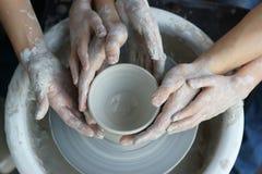 Manos que hacen la cerámica Foto de archivo libre de regalías
