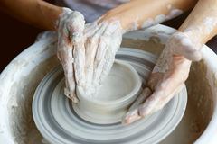 Manos que hacen la cerámica Imagen de archivo