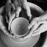 Manos que hacen la cerámica Imagen de archivo libre de regalías
