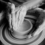Manos que hacen la cerámica Imagenes de archivo