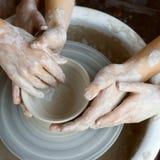 Manos que hacen la cerámica Fotos de archivo