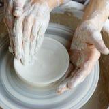 Manos que hacen la cerámica Foto de archivo