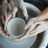 Manos que hacen la cerámica Fotos de archivo libres de regalías