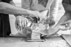 Manos que hacen las pastas Foto de archivo libre de regalías