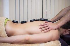 Manos que hacen masaje con las piedras Imagen de archivo libre de regalías