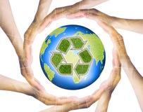 Manos que hacen un círculo que rodea la tierra del reciclaje imagen de archivo