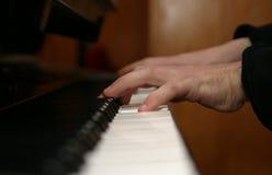 Manos que juegan el piano Fotografía de archivo libre de regalías
