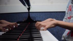 Manos que juegan el piano foto de archivo libre de regalías