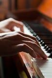 Manos que juegan el piano Fotografía de archivo