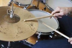 Manos que juegan el sistema del tambor Imagenes de archivo