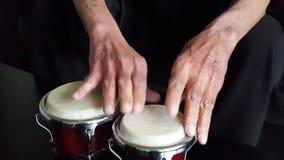 Manos que juegan los tambores del conga almacen de video