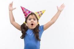 Manos que lanzan de la niña para arriba y grito Foto de archivo libre de regalías
