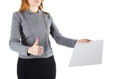 Manos que llevan a cabo documentos de firma en blanco de un Libro Blanco aislados en fondo Imagen de archivo