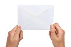 Manos que llevan a cabo el correo Foto de archivo libre de regalías