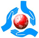 Manos que llevan a cabo el logotipo del cuidado del globo Imágenes de archivo libres de regalías