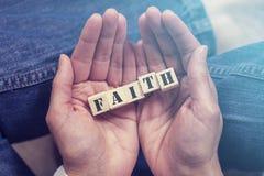 Manos que llevan a cabo el mensaje de la fe Foto de archivo libre de regalías