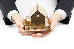 Manos que llevan a cabo el pequeño modelo de la casa Concepto 6 de las propiedades inmobiliarias Fotos de archivo