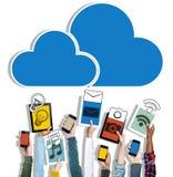 Manos que llevan a cabo establecimiento de una red de la nube de los dispositivos de Digitaces Fotos de archivo